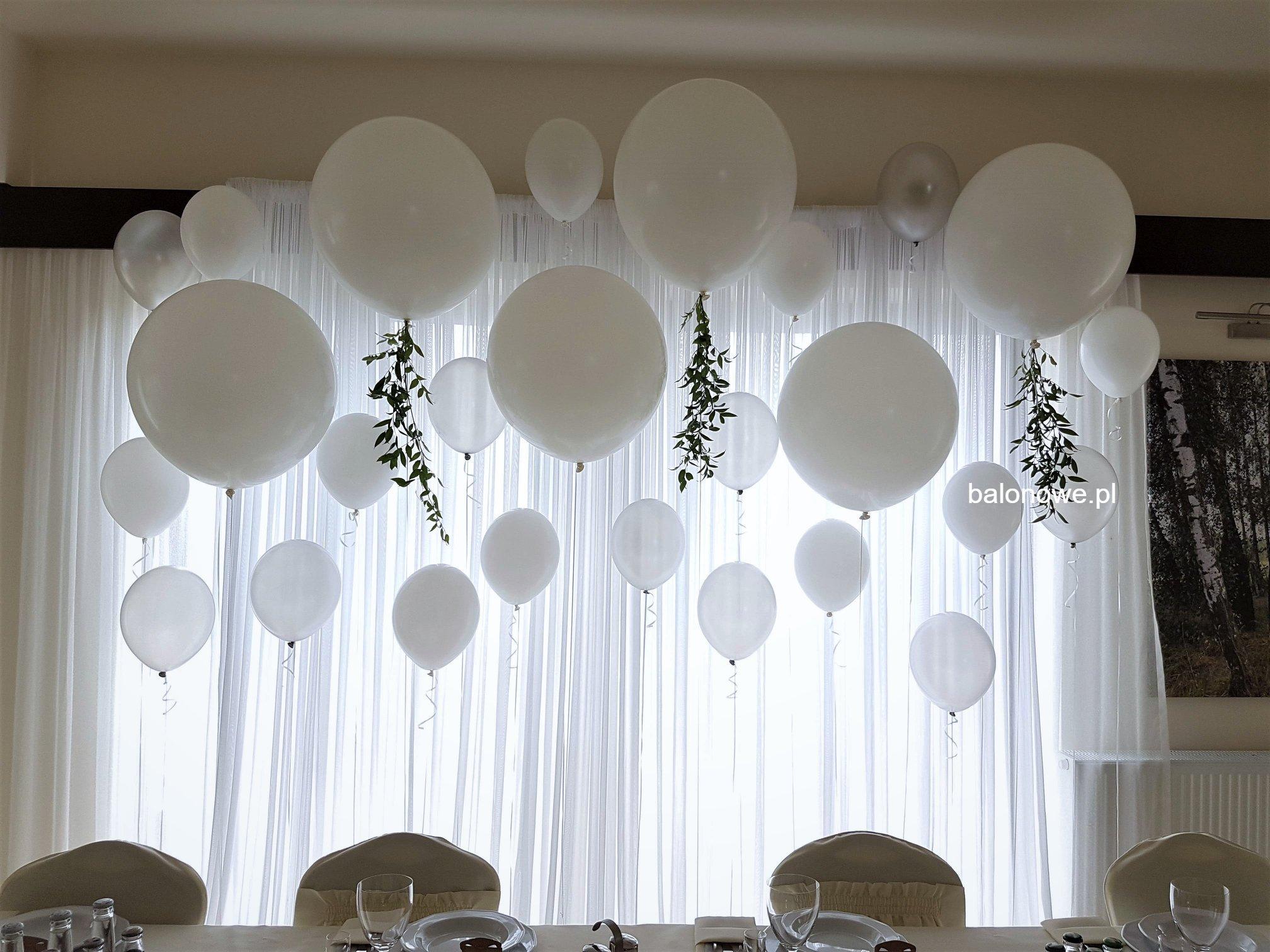 Ścianka z balonów za stołem prezydialnym